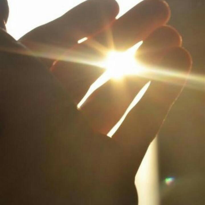 愿光透过你的指尖找到你的心田。